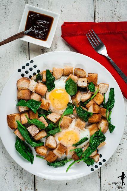 Jajka smażone z chlebem i szpinakiem