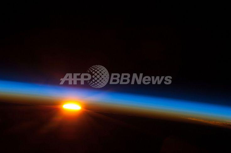 国際宇宙ステーション(ISS)の乗組員が撮影した、南太平洋から昇る太陽(2013年5月9日公開、同5日撮影)。(c)AFP/NASA ▼10May2013AFP 国際宇宙ステーションから見る日の出、クルー撮影の画像公開 http://www.afpbb.com/articles/-/2943188