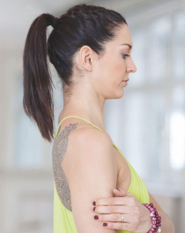 Gerade im Yoga müssen die Schultern oft eine Menge aushalten. Der Sportmediziner und Ashtanga-Experte Dr. Ronald Steiner hat effektive Schulterübungen zusammengestellt, die Ihre Schultern gesund erhalten und die Stabilität auch für anspruchsvolle Yogahaltungen fördern.  Längsfriktionen und Faszienliften Die Übung erleichtert das freie Gleiten der einzelnen Faszienschichten und elastischen Fasern der Rotatorenmanschette. Fassen Sie mit …