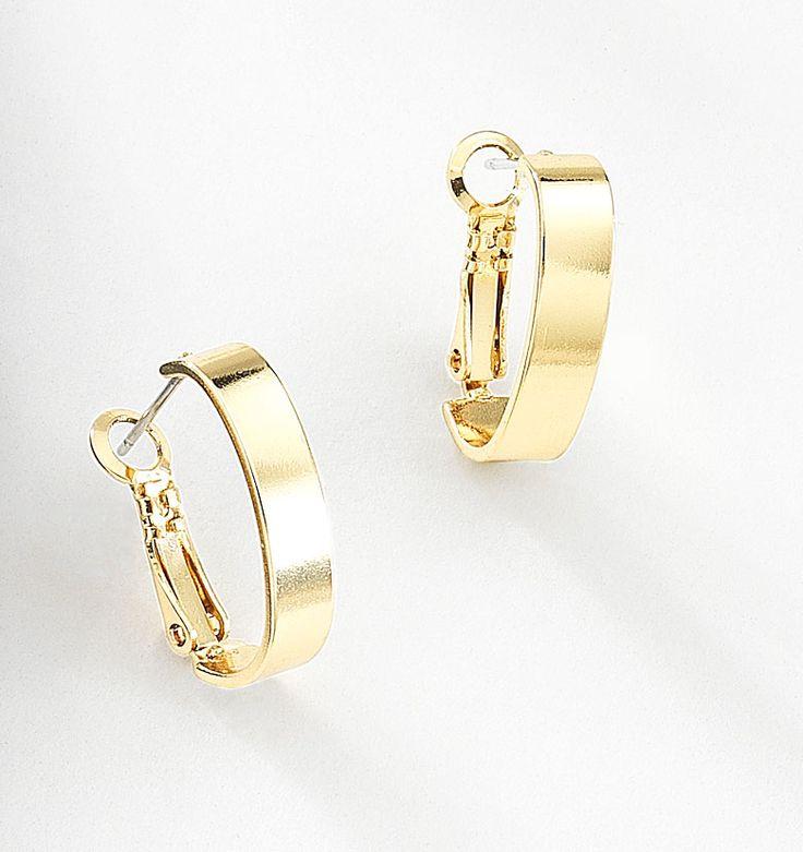 Elegante par de arracadas planas elaboradas en 4 baños de oro de 18 kt, con sujeción de poste con clip. Modelo 415772.