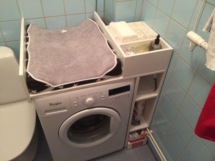Behövde ett skötbord uppe på tvättmaskinen Så det blev så här: Skötbord +hyllor på sidan Blev lite struligt eftersom vi har en utskjutande hörna. Den är platsbyggd.