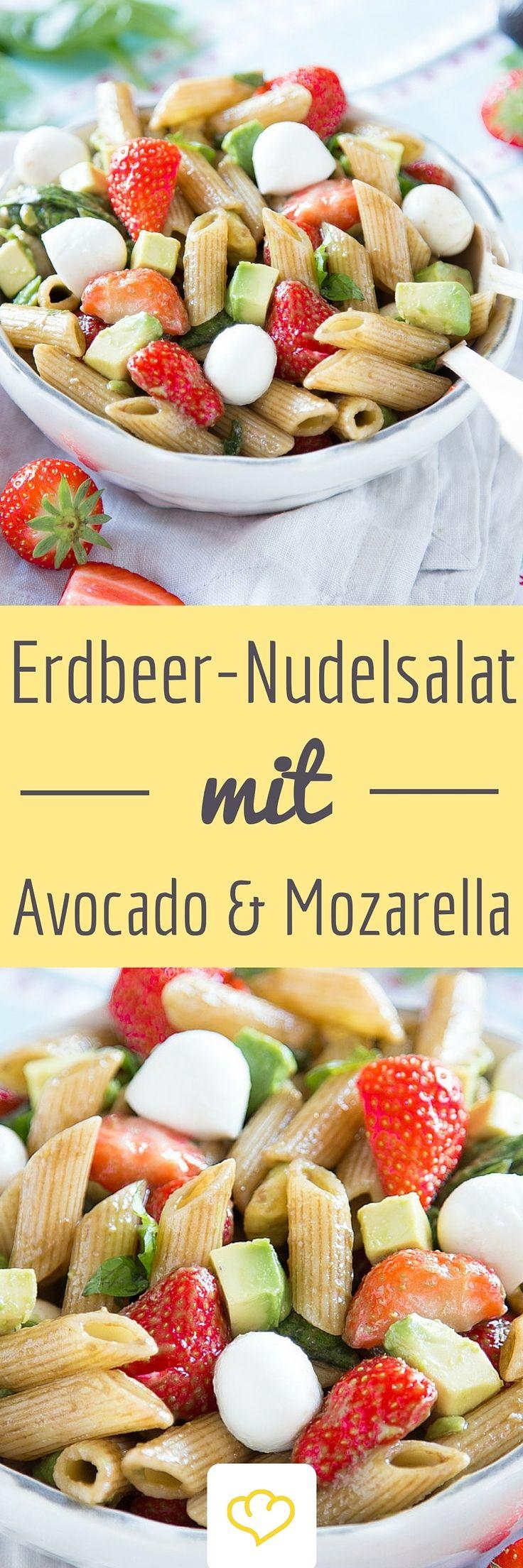 Jeder liebt Erdbeeren. Und jeder liebt Caprese. Also warum die roten Früchtchen nicht mit dem italienischen Klassiker verbinden und als fruchtigen Nudelsalat genießen?! 'Erdbeeren-Mozzarella' mit Penne und Avocado – ein sonniges Quartett!