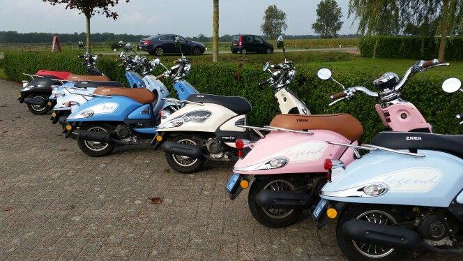 Meiden-uitje in Breda, scooterrijden