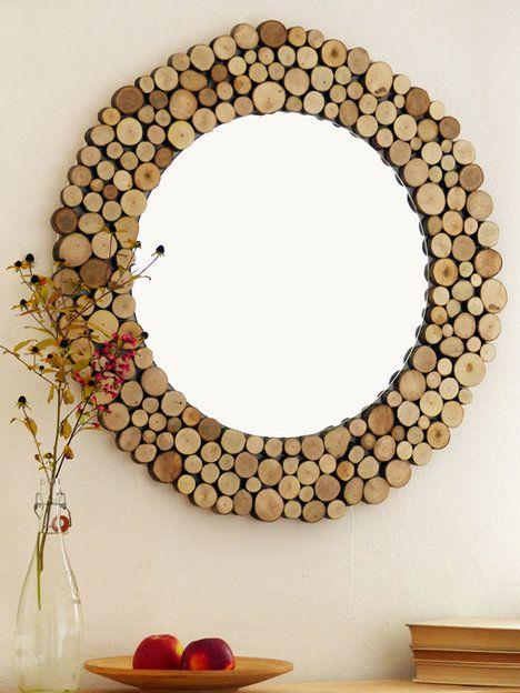 Zrcadlo Woody – kousek, který určitě zútulní váš domov. Průměr kompletního zrcadla je 75 cm. Dřevěné části jsou nalakovány bezbarvým matným lakem pro snadnou údržbu. Cena je 2220 Kč; Fler