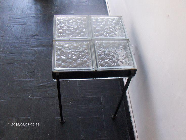 Mesita de hierro y ladrillos de vidrio