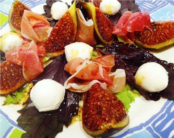 Рецепт приготовления салата из пармской ветчины, инжира, моцареллы и базилика