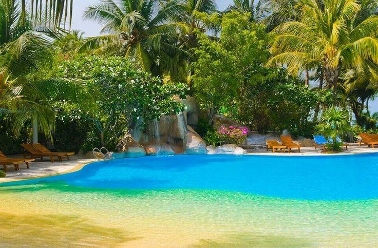 A pool that looks like a beach!!  How awesome!