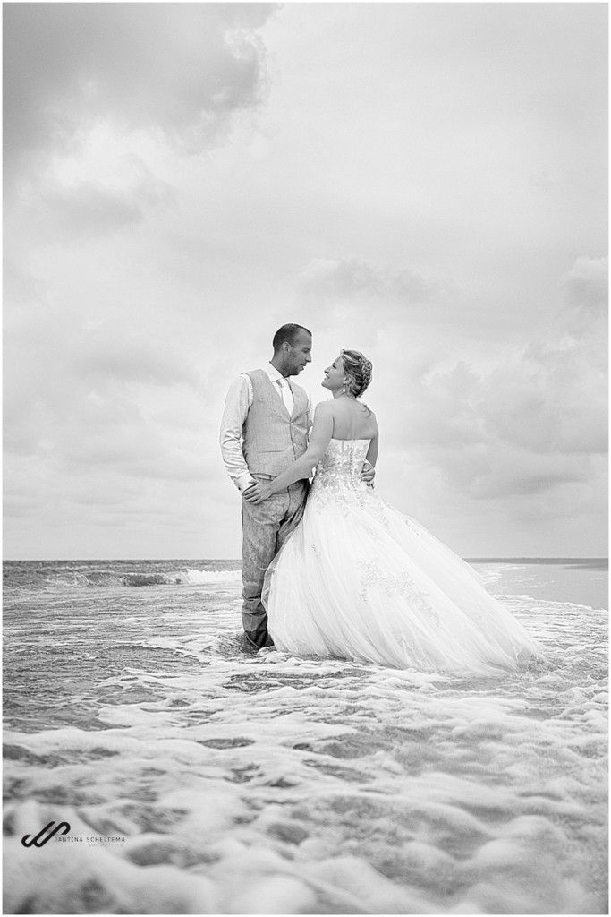Why not make photos after your wedding. Do a little trash the dress in the ocean?  These weddingpictures are made on the beach on Ameland.