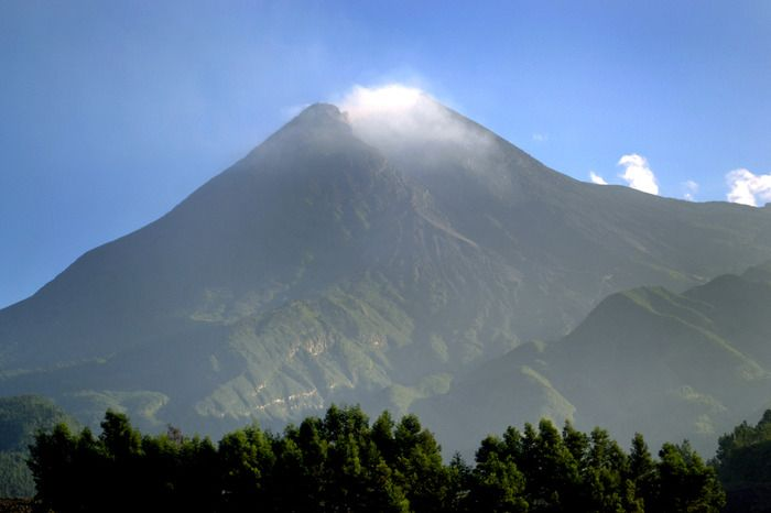 Hot peak: When the weather is sunny one could see clearly that the peak of Merapi is still smoldering. (Photo by Stefanus Ajie)