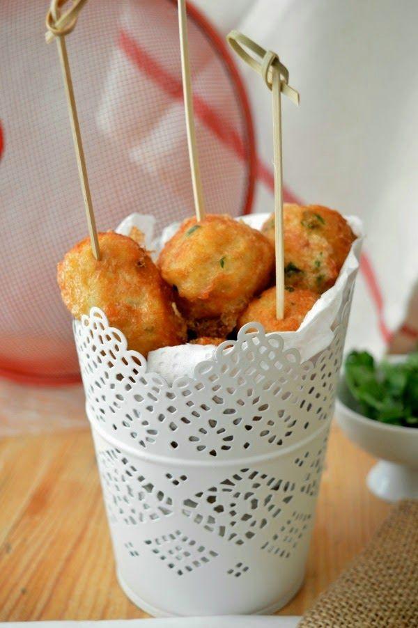 : Croquetas de patata y bacalao con salsa alli-oli y langostinos