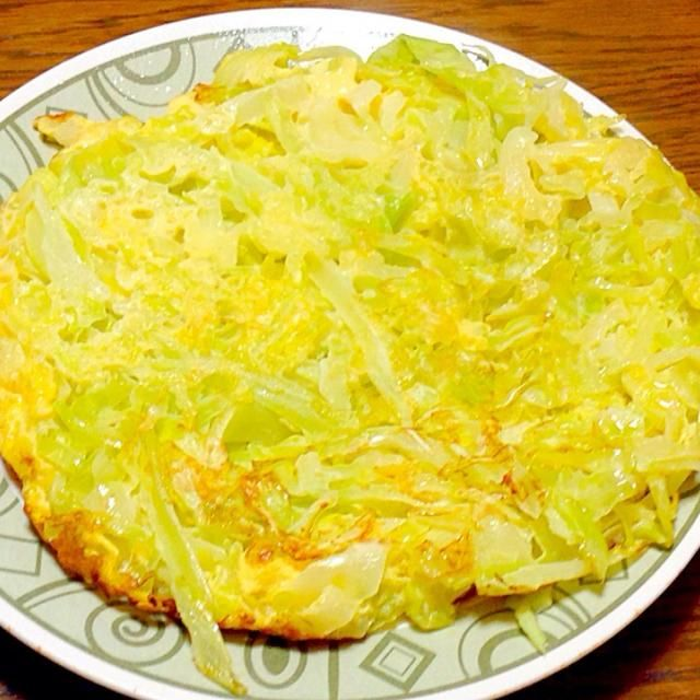 初めまして。 紅嶋瑪瑙(あかしま めのう)です。  SnapDish始めましたので、よろしくお願いします。    今日の夕ご飯メニュー  ①       春キャベツのオープンオムレツ  きょうの料理 ビギナーズを参考に作りました。  塩・こしょうを卵液に加えるの忘れましたが、ポン酢かけたら、キャベツがシャキシャキとしてて、オムレツにポン酢が染みてて美味しかったです。 - 27件のもぐもぐ - 春キャベツのオープンオムレツ by beautystupid088
