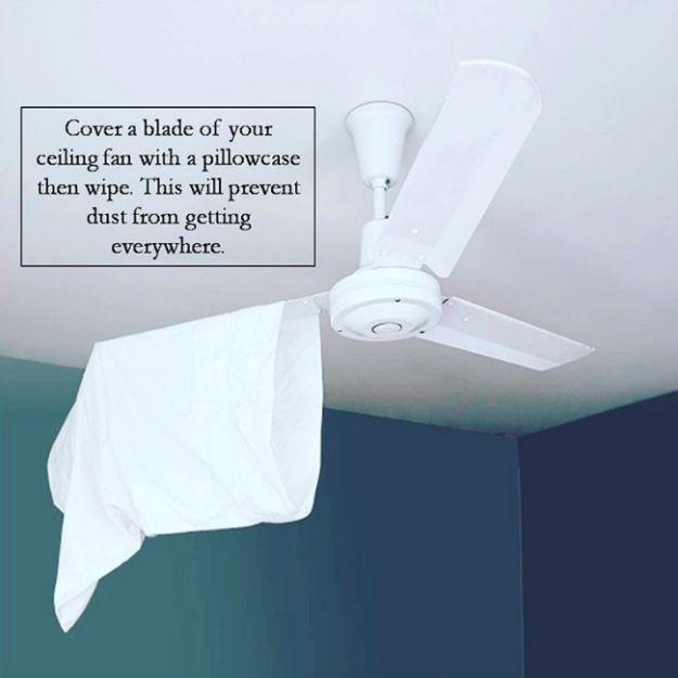 Benutze eine Kissenhülle, um superleicht Deckenventilatoren zu entstauben.