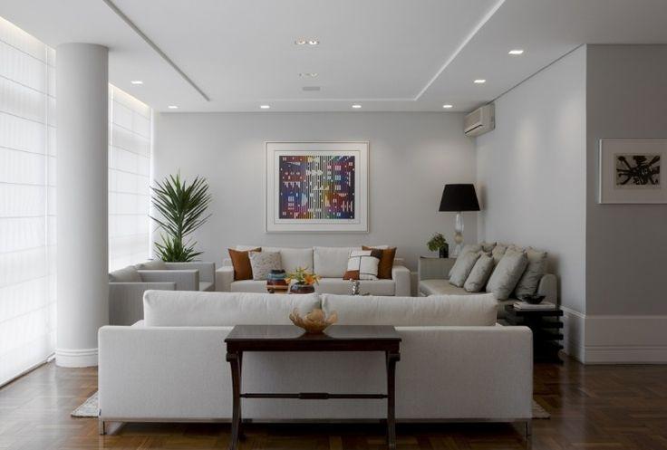 O arquiteto Marcelo Rosset setorizou os ambientes do grande living, recorrendo ao forro de gesso acartonado. As tabicas laterais funcionam como uma moldura, conectando-se à coluna original e dando um tom clássico ao projeto