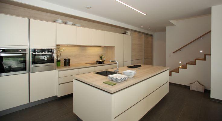 Grifflose Küche in Magnolie matt kombiniert mit