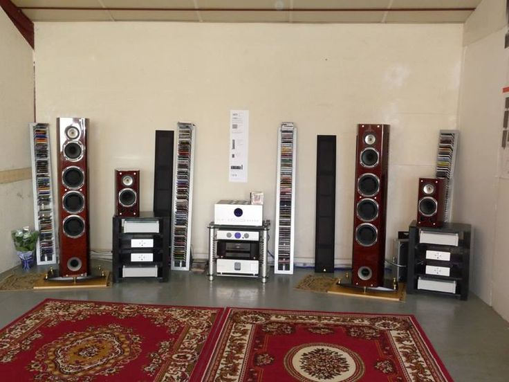 Cairn system: lecteur CD OLAN the biggest one in the middle, on the top. CD player Fog 3 under the OLAN. and on the two sides. mono bloc, MEA 500 and CAPA 4. Speakers Triangle. Hi-end audio system made in France.