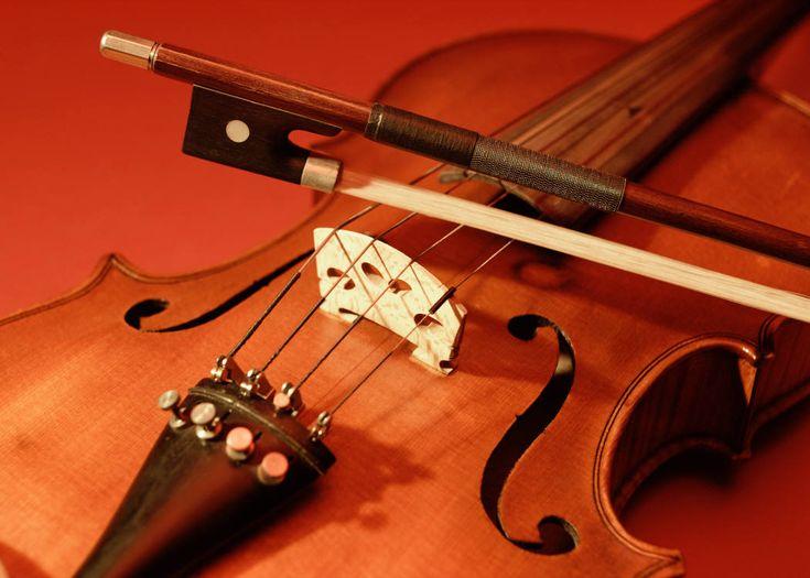 Le violon est un instrument de musique à cordes frottées. Constitué de 71 éléments de bois (érable, buis, ébène, etc.) collés ou assemblés les uns aux autres, il possède quatre cordes accordées à la quinte, que l'instrumentiste, appelé violoniste, peut frotter avec un archet ou pincer avec l'index (en pizzicato). Dans les formations de musique …