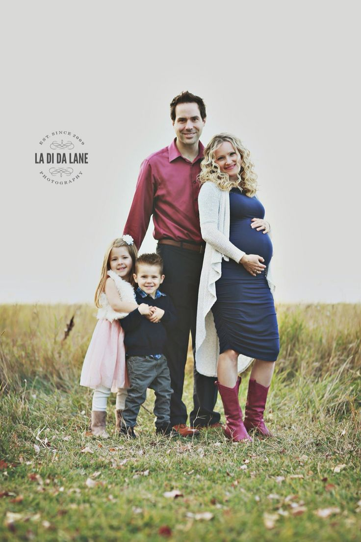 Maternity photos with two older siblings. La Di Da Lane Photography.