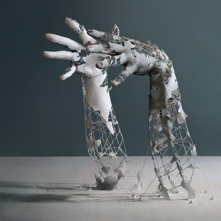 L'artiste japonais Yuichi Ikehata utilise des photographies, de la céramique, du papier et des fils de fer pour réaliser ces images qui représentent des souvenirs partiels de son corps qui prennent l'apparence d'être en béton armé en décomposition.