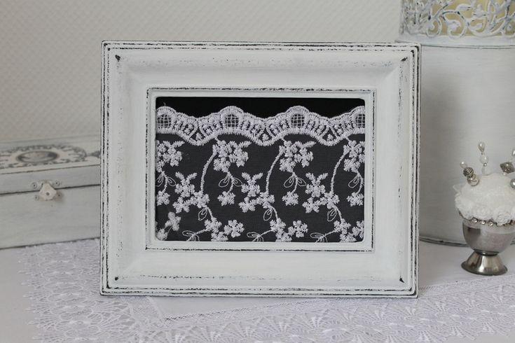 Wunderschöner, romantischer Bilderrahmen aus Holz im Shabby Chic Look. Der Bilderrahmen ist zum hinstellen, auf Wunsch bringe ich auch gerne Haken an zum aufhängen!