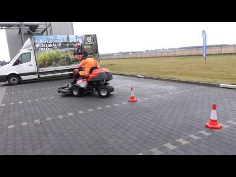 HUSQVARNA : Découvrez le test de maniabilité de la direction articulée de la tondeuse autoportée à coupe frontale Rider Série 5 par un démonstrateur Pro à l'usine de Mielec en Pologne