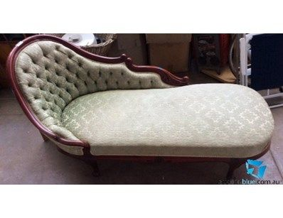 Chaise lounge with button upholstery