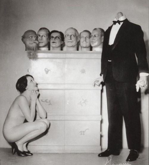 Mujer admira a el hombre con 6 cabezas