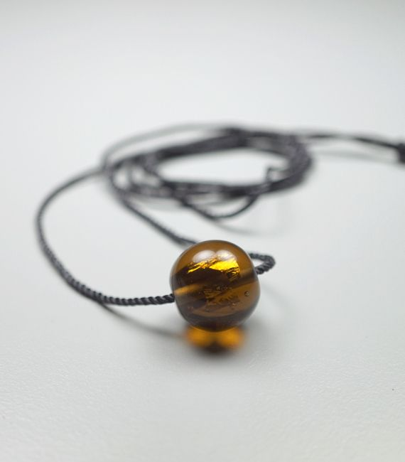'Pureness' – Glasperle (mit 24 Karat Gold) an langer Seidenkordel | Simple necklace with a handblown glass bead in brown, mixed with pure gold | eShop www.melaniemoertel.etsy.com
