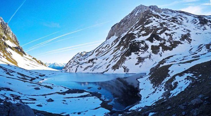Ibon de Lhurs y Dec de Lhurs al fondo, en el Valle de Lescun // Podéis leer la ruta completa en www.cimanorte.com  #pirineo #pirineos #pyrenees #lescun #insta #instapirineos #instamountain #igerspirineos #landscapephotography #landscape #viajes #aventura #fotografia #love_nature #love_pyrenees #travesiapirenaica #trip #world #mountaineering #montaña