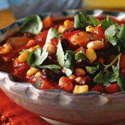 Pittige bonenschotel met paprika, wortel, bleekselderij, tomaten en maïs