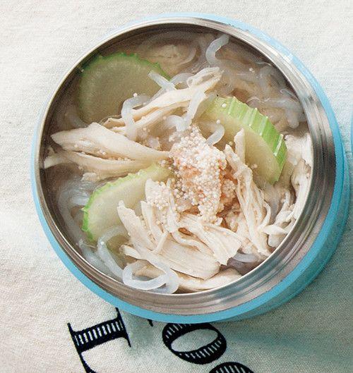 しらたきとセロリのたらこスープ    高たんぱくな鶏のササミを使ったスープジャーレシピ。体をしぼりたい日に! マキアオンライン    材料 (1人分) しらたき 60g セロリ(斜め切り) 1/4本分 たらこ 1/4腹 鶏ササミ 1本 塩、こしょう 各少々 酒 小さじ2 プレミアムサービス カロリー・塩分を計算 作り方 1 スープジャーにしらたき、セロリを入れ、熱湯を注いでフタをし、軽く振って2分温める。 2 具材が出ないよう内ブタを使って湯切りをする。 3 その間に耐熱皿に鶏ササミをのせ、塩、こしょう、酒をふりかけ、ラップをしてレンジで約2分加熱し、細かくほぐす。 4 スープジャーに鶏肉を汁ごと加え、塩、こしょう、ほぐしたたらこを一番上にのせる。 5 内側の線の5mm下までたらこに火を入れるように熱湯を注ぐ。フタをして軽く振り、1時間おく。