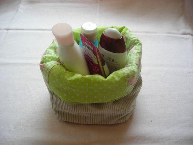 Die Aufbewahrungsbox für Utensilien wie Kleinspielsachen, Schminke oder anderen Dingen im Haushalt oder als Brotkorb ist ein praktischer Helfer und sorgt für Ordnung.  Die Box kann umgekrempelt werden, so dass der Baumwollstoff als Krempe dient. Innen ein zartgrün gepunkteter und kariert geblümter Baumwollstoffe. Außen befindet sich ein beiger Cord Stoff. Handmade - Utensilio - Aufbewahrung - Deko - grün