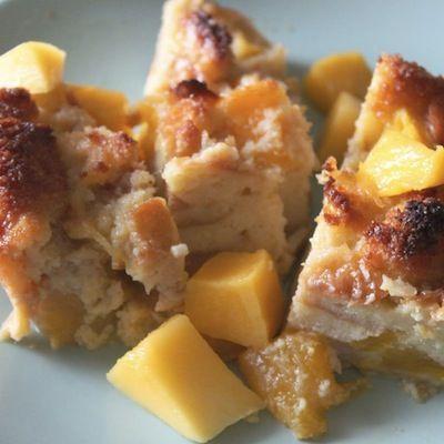 От печенья до клафути: 10 десертов до 200 калорий.  Хлебный пудинг с манго  В одной порции десерта содержится 164 калории.