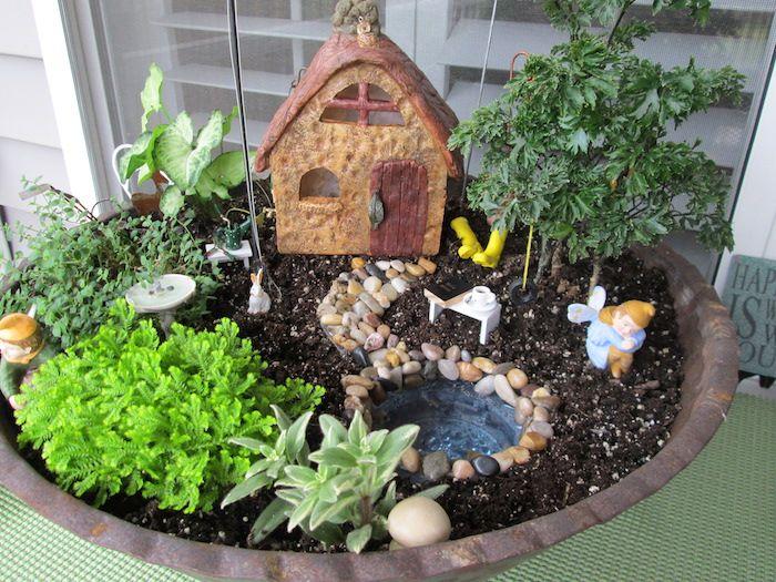 Los jardines de hadas están muy de moda este año. Me encanta la idea de crear pequeños espacios que invitan a las hadas del jardín, supongo que son una esp