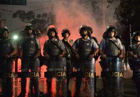 16-Oct-2013 18:24 - STAKENDE LERAREN BESCHOTEN. Scholieren in Brazilië vierden vandaag feest, maar niet iedereen is te spreken over de staking van Braziliaanse leerkrachten. Een groep betogers in Rio de Janeiro werd vandaag namelijk beschoten, waarbij een vrouw gewond raakte. Op televisiebeelden is te zien hoe twee mannen in de richting van de betogers schieten. Op straat in het centrum van Rio de Janeiro werden ten minste dertien kogelhulzen gevonden. Het is onduidelijk wie de mannen...