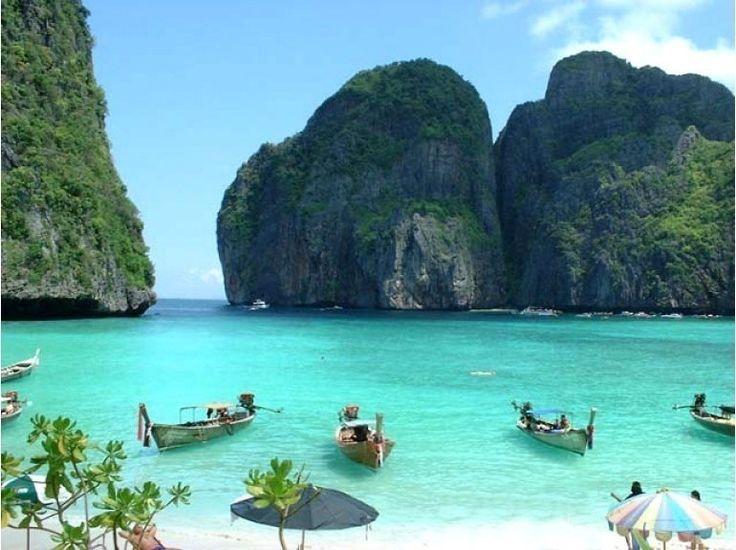 Thaïlande, Ko Phi Phi Leh, Maya Beach. Eau limpide, reflets vert, bleu, petites crique, la plage de Maya est tout simplement l'une des plus belles de Thaïlande dessus, et dessous pour la plongée.