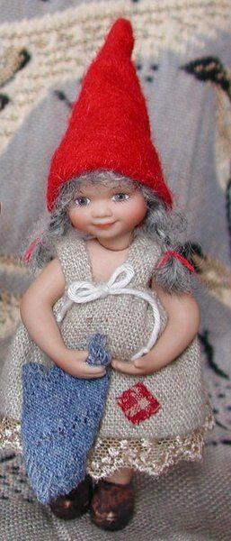 År 2003: Birgitte Frigast Godmorgen nisse, Tuula, 10cm // http://www.nisse-shop.dk/epages/78608_1025911.sf/da_DK/?ObjectPath=/Shops/78608_1025911/Products/31-151