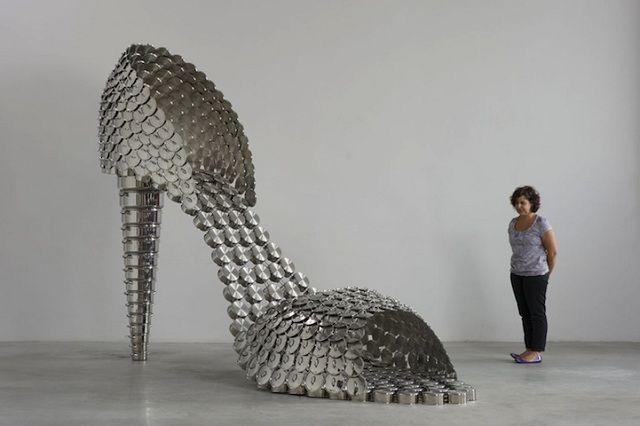Scarpe gigante fatto di pentole, padelle e coperchi. L'idea dell'artista Joana Vasconcelos.