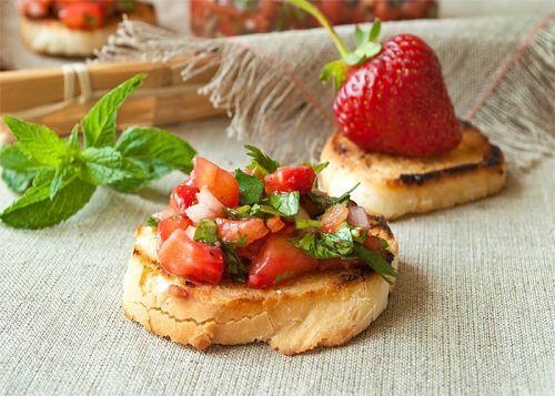 Сальса из клубники, томатов и кинзы