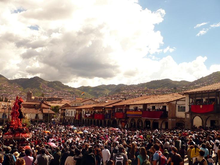 Multitud de fieles acompañan al Señor de los Temblores en su tradicional recorrido procesional de los Lunes Santos en la ciudad del Cusco, Perú.
