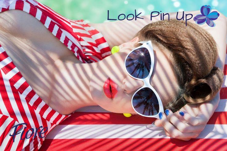 Otra opción de look pin up con colores fuertes en la ropa y accesorios brillantes.