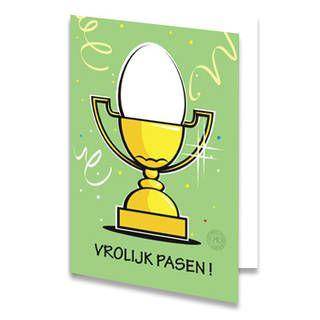 Een paaskaart van een ei in een gouden beker op een groene achtergrond met confetti. Onder de beker staat de tekst ''VROLIJK PASEN !'' geschreven. De binnenkant van deze paaskaart is helemaal wit, daar kun je zelf nog teksten en foto's of allerlei leuke afbeeldingen aan toevoegen.