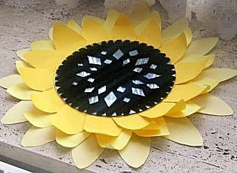 bloemen onderzetter ( van oude cd en omgekrulde bloemblaadjes van stevig papier)