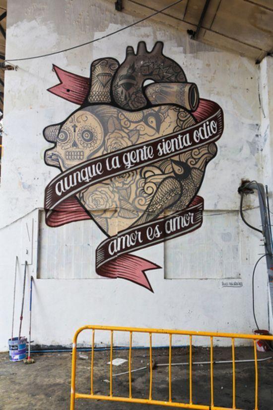 """Aunque la gente sienta odio amor es amor"". ""Even though people feel hate, love is love""."