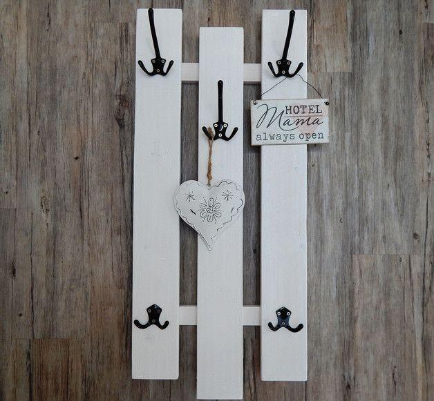 Schmale Garderoben aus 3 breiten, weißen Brettern und 3 großen, schwarzen oder wahlweise weiße oder silberne Aluhaken, welche jeweils 3 Aufhänger haben sowie 2 kleineren Aluhaken, schwarz mit je 2...