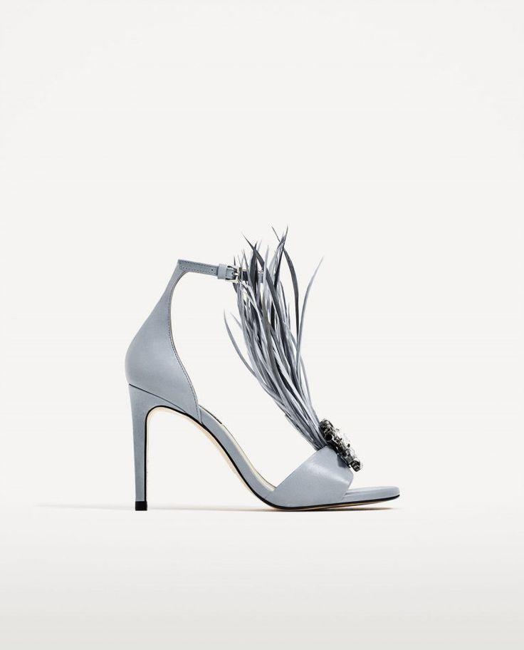 Sapatos de noiva azuis claros com plumas