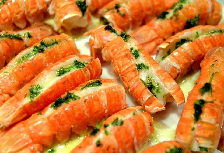 Lige omkring nytår er der rigtig mange gode tilbud på fisk og skaldyr rundt omkring. Vi har fx nydt både hummere, muslinger og nu også jomfruhummere i den sidste uges tid. Jomfruhummere er noget af det mest delikate, jeg kan få, når det kommer til skaldyr, selvom sådan en stor omgang friske pil-selv rejer på …