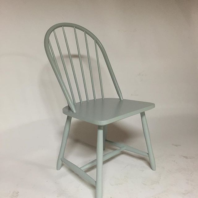 Lillebror Windsor stol malt i farge Jade Design #alfsture #norskdesign #norsk…