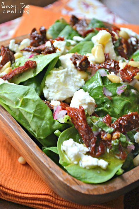 ensalada de espinacas siciliana, espinaca fresca, tomates secos, queso, piñones y vinagreta.....que te parece ? Sicilian Spinach Salad with Fresh Basil Vinaigrette