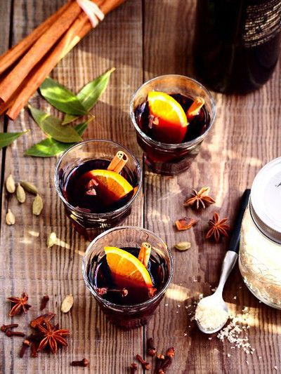 """ヴァンは(VIN=ワイン)ショーは(CHAUD=ホット)という意味合いを持つ、HOTサングリアの""""ヴァンショー""""。つまりホットワインのことで、お洒落な女性を中心に""""深い味わい""""と""""落ち着いた時間""""を過ごす飲み物として人気が高まっています! 柑橘系の素材やワインをベースに使った簡単レシピと、その人気の秘密に迫ります♪"""