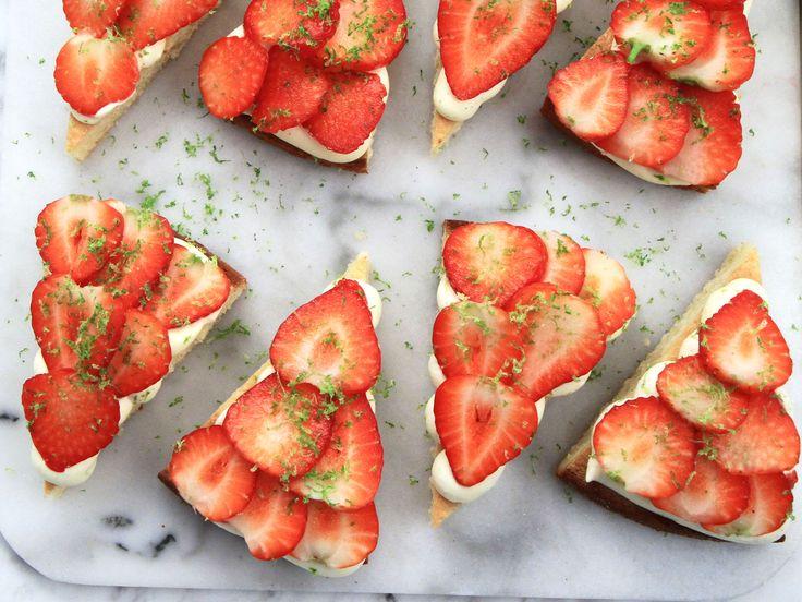 Vit chokladkaka med vaniljgrädde och jordgubbar | Recept från Köket.se